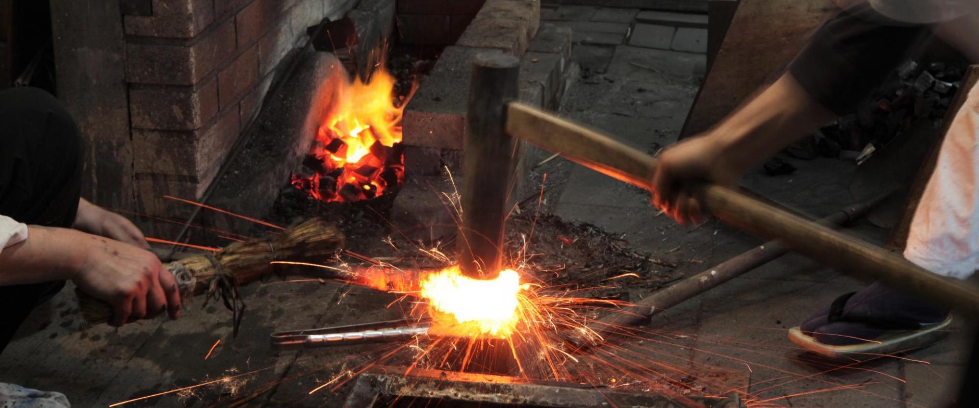 日本刀の聖地・備前長船で古式鍛錬見学とペーパーナイフ作り体験